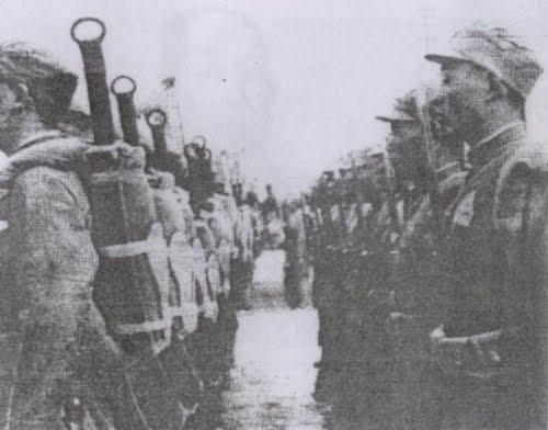 Soldati cinesi che marciano con il dadao infoderato sulla schiena. 1930 ca.