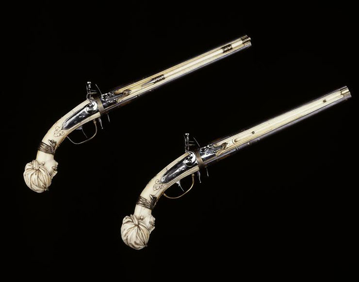 coppia di pistole con manico scolpito in avorio